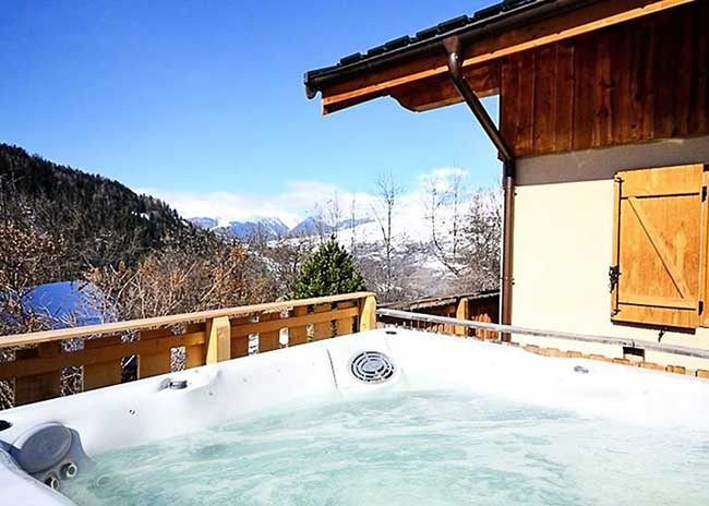 Chalet with a hot tub in Peisey